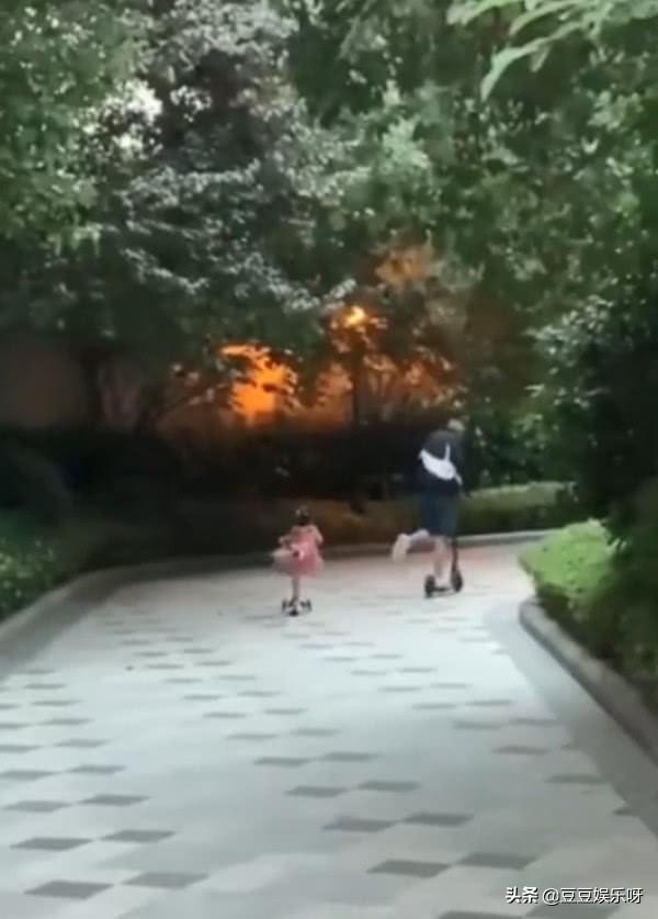 陈赫陪女儿玩滑板车,2岁安安比爸爸厉害,父女俩同款姿势超默契