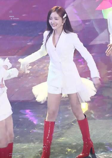孟美岐缺席湖南卫视跨年晚会,火箭少女演出服装曝光