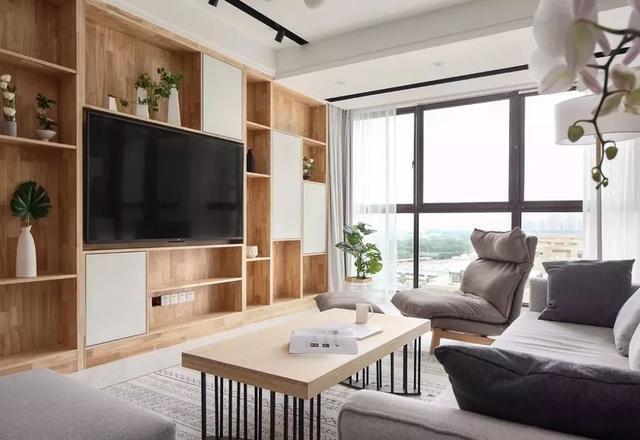 小户型适合做个收纳款的电视背景墙,实用又美观