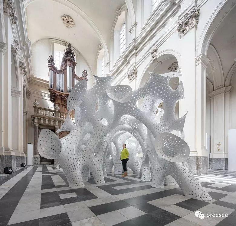 别小瞧金属薄片所构筑的程序化雕塑,弱不经风是不可能的