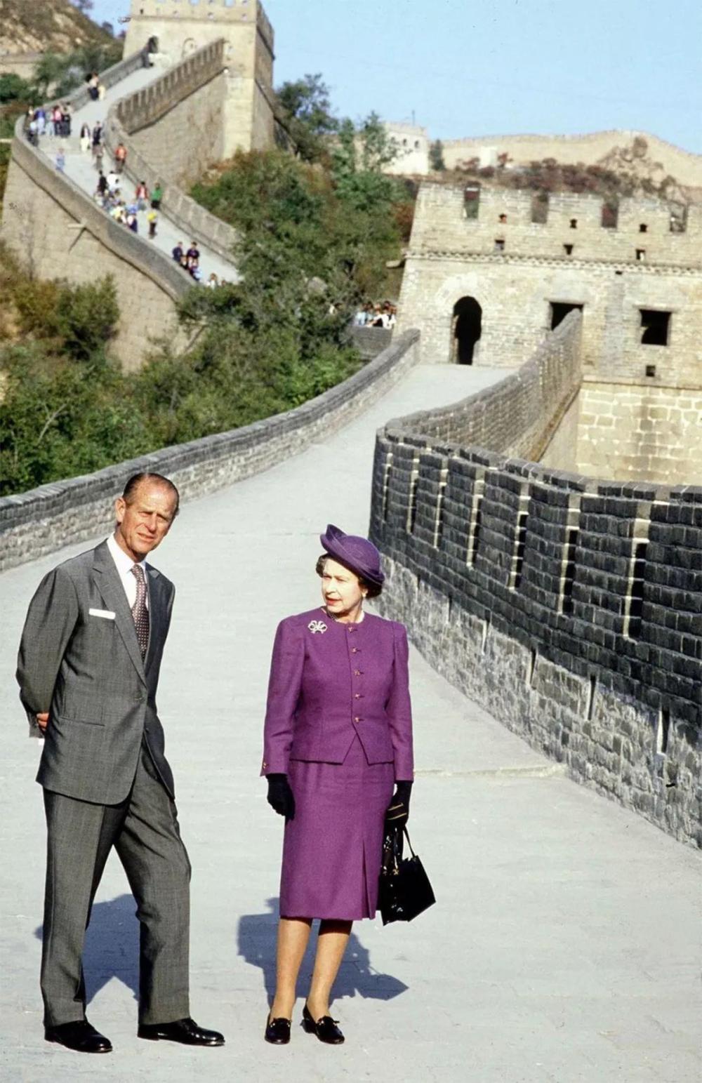 英女王32年前坐在中国三轮车上, 开心整理袖口, 笑容可爱引起围观