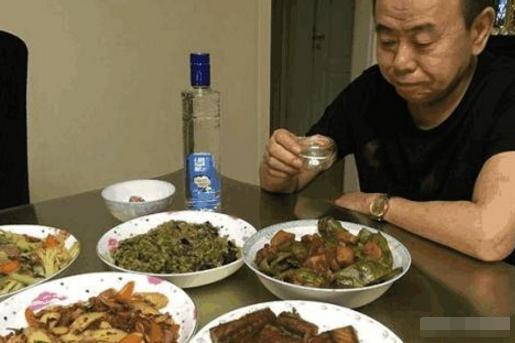 潘长江的豪宅,墙面设计了石膏线,平时的饭菜也太素了