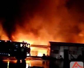 柳州一汽车配件仓库凌晨突发大火,疑因与雷电有关