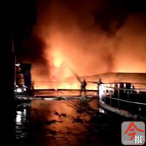 柳州港阳和作业区一汽车配件仓库凌晨突发大火,疑因被雷劈?
