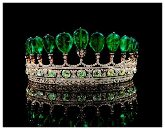 染色是一种古老的宝石处理技术,主要选用一些不易褪色的染料