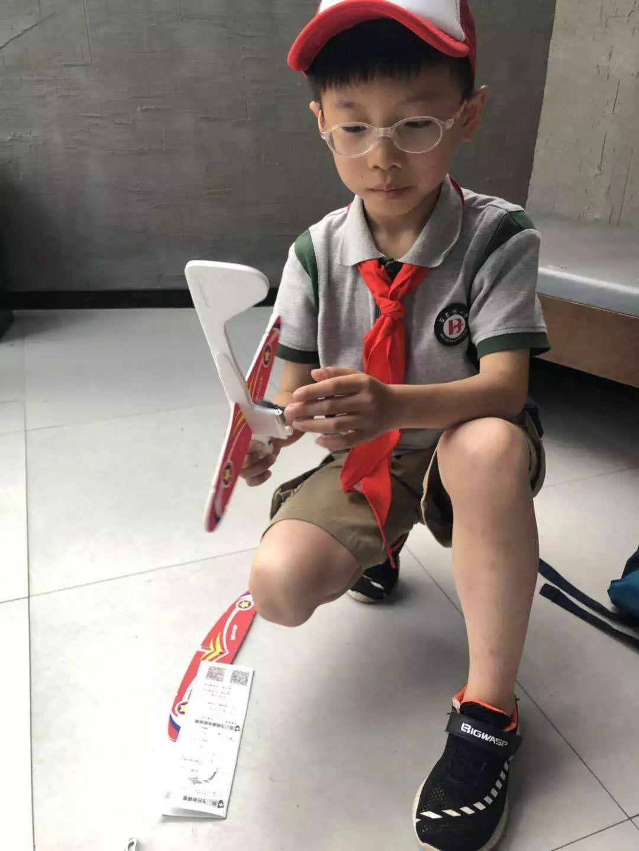 【雏鹰新闻报道】传承航天精神 小雏鹰DIY电容自由飞机