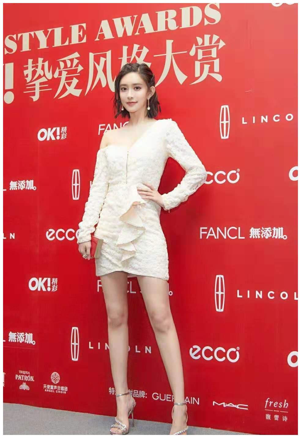 孟子义一件不对称拉链白色连身裙秀美腿,青春少女感不减