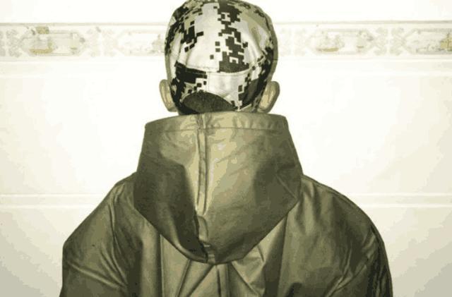 这款斗篷最大的特点就是采用了新型材料石墨烯