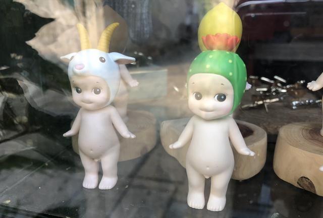 饰品店一直没生意,老板往门口摆了几个娃娃,生意随即好了数十倍