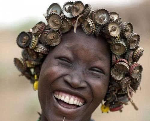我们随意丢弃的垃圾,成为非洲人珍贵的饰品,是身份尊贵的象征