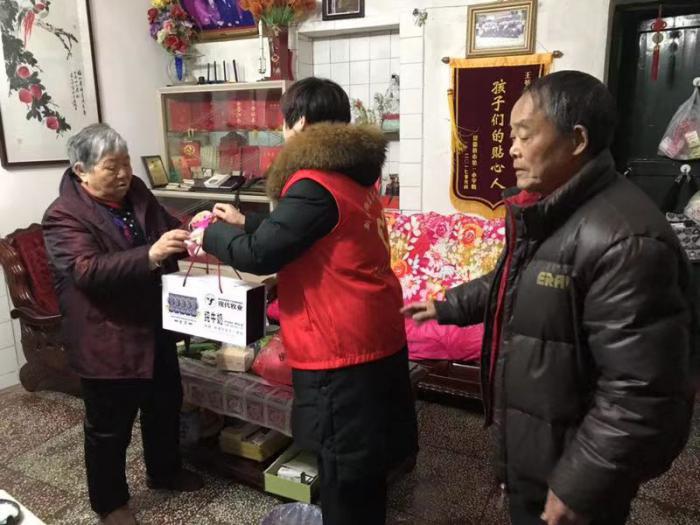新村街道茶叶坞社区:雪中送碳 冰雪天暖人心