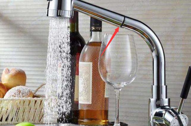 厨房装修万万别装固定式水龙头了,如今流行装这种,太聪明了