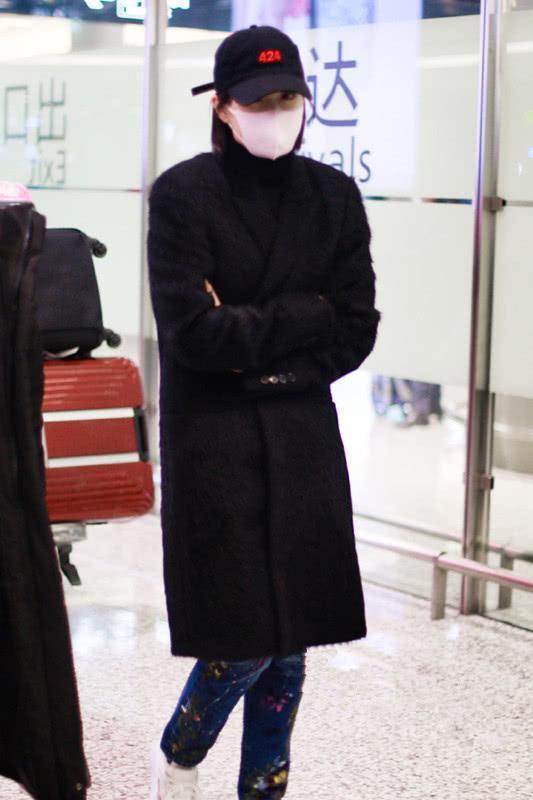 宋茜穿黑色羊绒大衣走机场,配上彩色牛仔裤,打破大衣的老气感