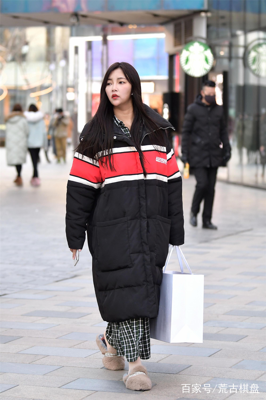 时尚街区的姑娘更钟情长款羽绒服,搭配长靴好看还是短靴好看?