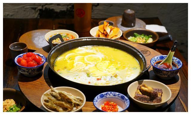 成都美食的正确打开方式,300度鹅卵石烫出来的鲜鱼片美味好吃