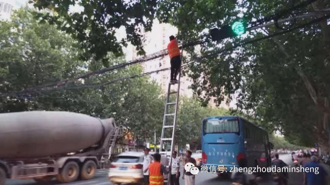 城市环境综合整治提升丨线缆垂落危险 马上处理别拖