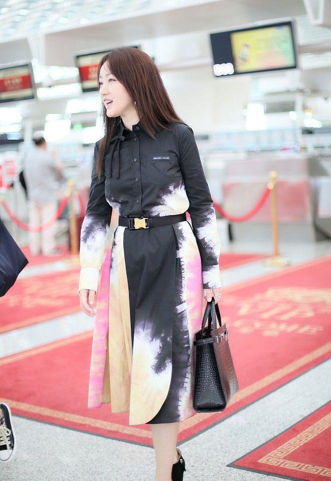 杨钰莹真是肉眼可见的少女感,印染风连衣裙穿出A4腰,太吸睛了