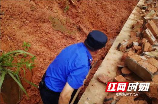 砖瓦砸下来时他仍义无反顾救出低保老人