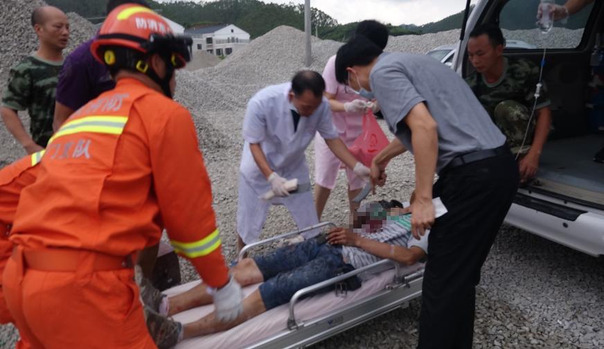 开平一工人右手臂卷入轴承 消防员迅速施救