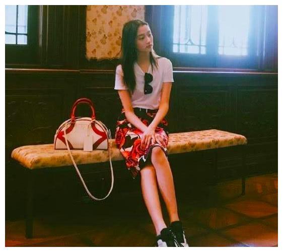 关晓彤穿包臀裙拍写真,拿名包显优雅,T恤运动鞋不失活力