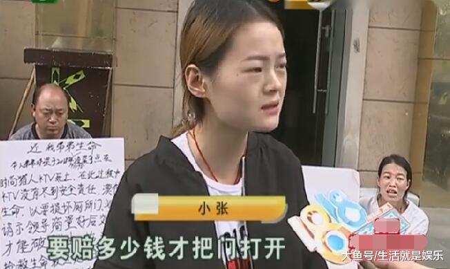 男子喝酒后倒在KTV厕所, 女友求砸门救人, KTV: 门砸坏了要赔钱