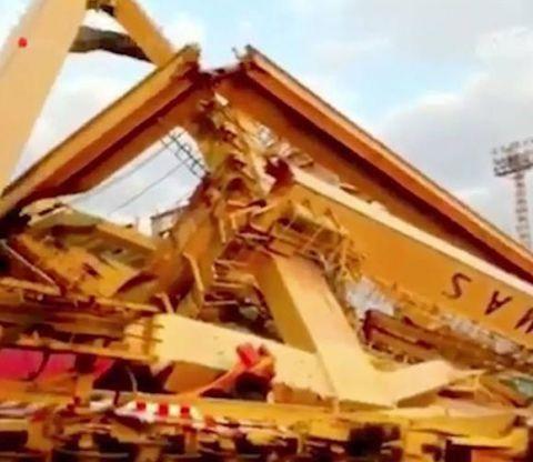 集装箱货轮撞塌起重机 印尼港口上演惊险一幕