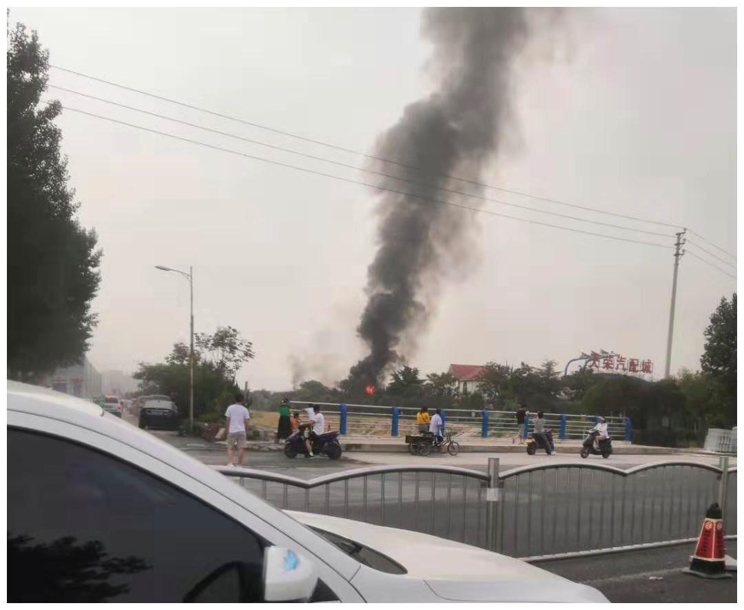 郑州花园路天荣汽配城店铺着火