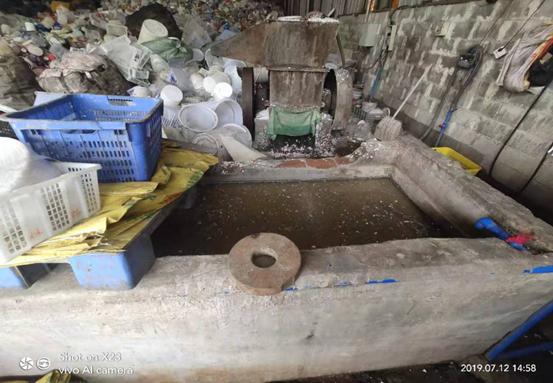 深夜出击!揭开广州两区交界偏远山区深处的橡塑加工厂排污真相