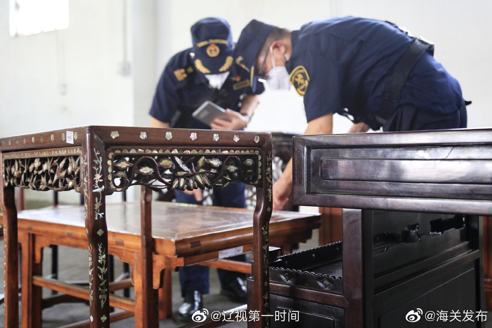 上海黄埔海关查获一批濒危红木制品
