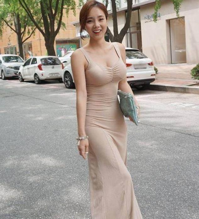 半身包臀裙搭配高跟鞋的时尚美女, 女人味十足!