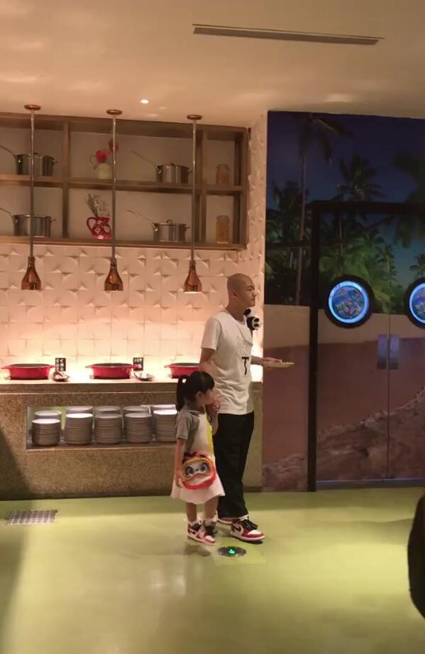 包贝尔带女儿录节目,父女俩穿同款鞋超有爱,包饺子乖巧拉着爸爸