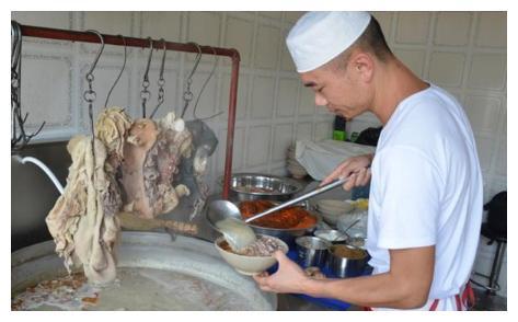 最正宗的羊汤, 店里的水龙头从来不关, 汤都熬制成奶白色!