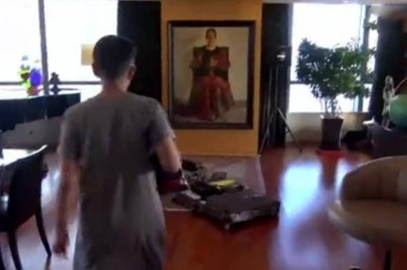 宋丹丹晒出自己的豪宅,地面铺了全实木地板,墙面挂了一幅抽象画