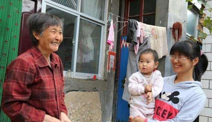 母亲问儿借钱遭拒,只拿到一件破衣服,回家一看惊呆了!