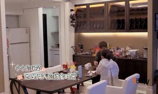 带你看看贾静雯现在住的豪宅,家里面积很大,衣帽间塞满名牌衣服