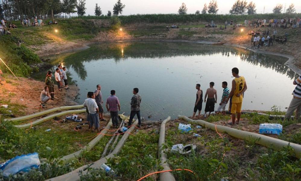 """村民质疑""""无底塘"""",用四台水泵抽干了水塘,却发现世界奇迹!"""