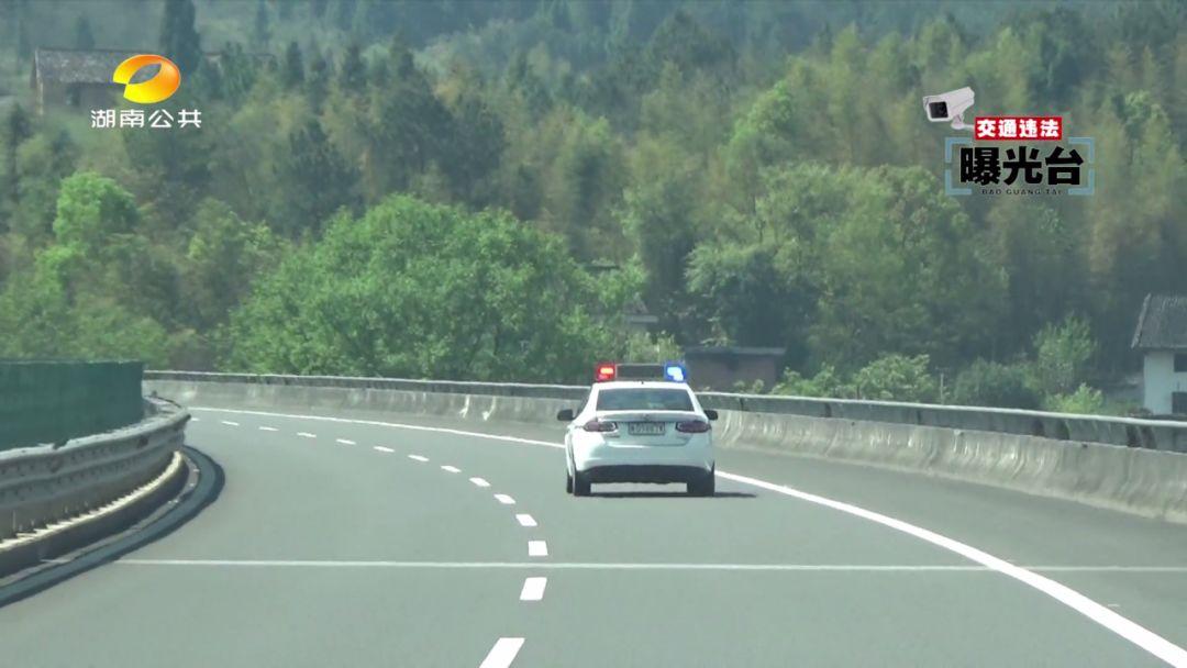 行车记录仪显示:车子一头撞向路边标牌铁杆!两口子高速上闹别扭 妻子一把拉扯方向盘