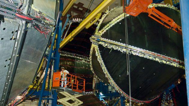 向冷液氢目标发射电子,成功地测量了质子的弱电荷,还有弱力