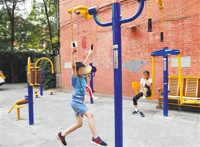 """健身器材难觅儿童""""专属"""" 居民呼吁高质量游乐设施"""