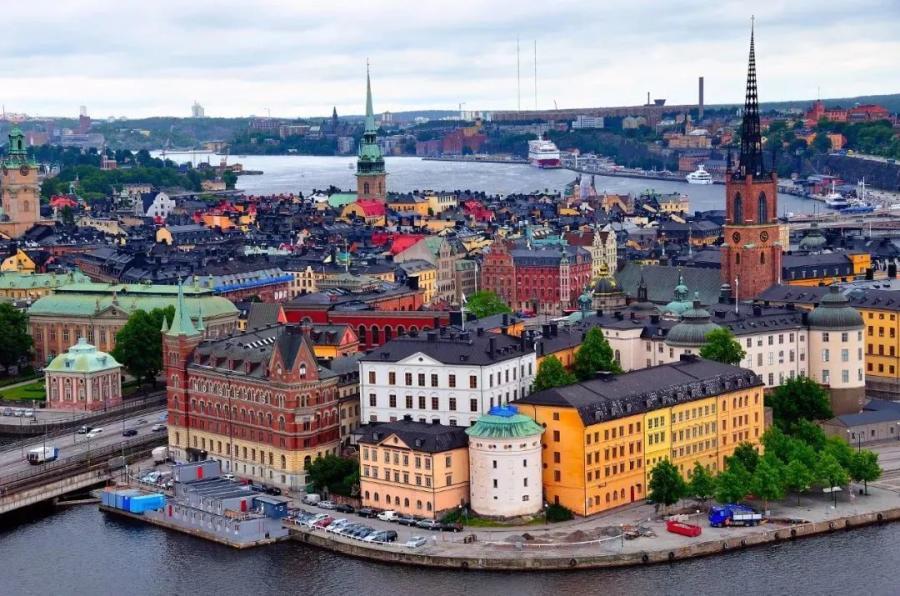走过斯德哥尔摩老城区的鹅卵石路,好像穿越回了中世纪的童话王国