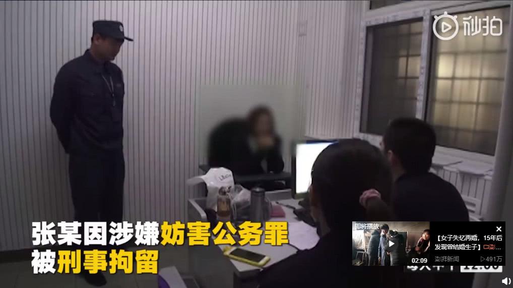 女生携带刀具过安检并踢踹民警,本以为最多拘留15天,却被批捕