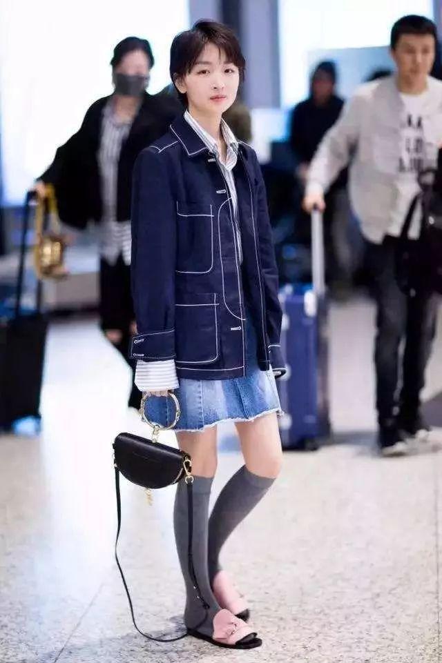 素颜出门的周冬雨这是多急,袜子只穿一只?这样的时尚有点难懂