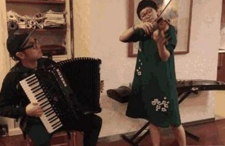 带你看看王铮的豪宅:家里只刷了大白墙,却到处堆满了乐器