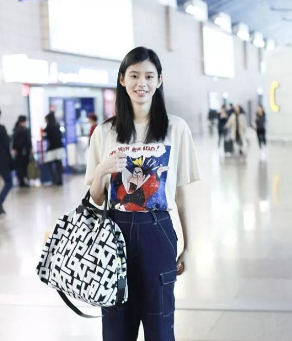 奚梦瑶卡通T恤牛仔裤,少女感依旧,手袋童趣活泼吸睛减龄!