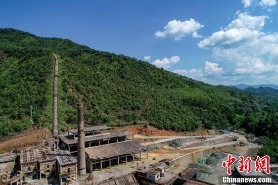 航拍广东梅州明珠冶炼厂旧址 昔日污染荒山披绿装