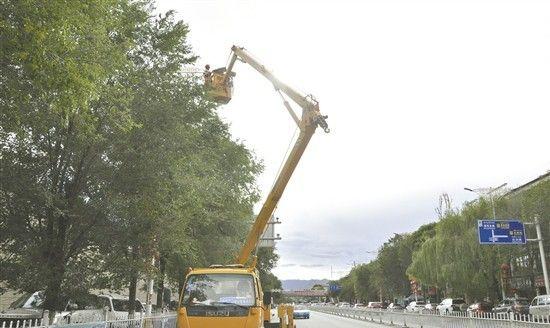 拉萨市内道路路灯统一更换LED灯管