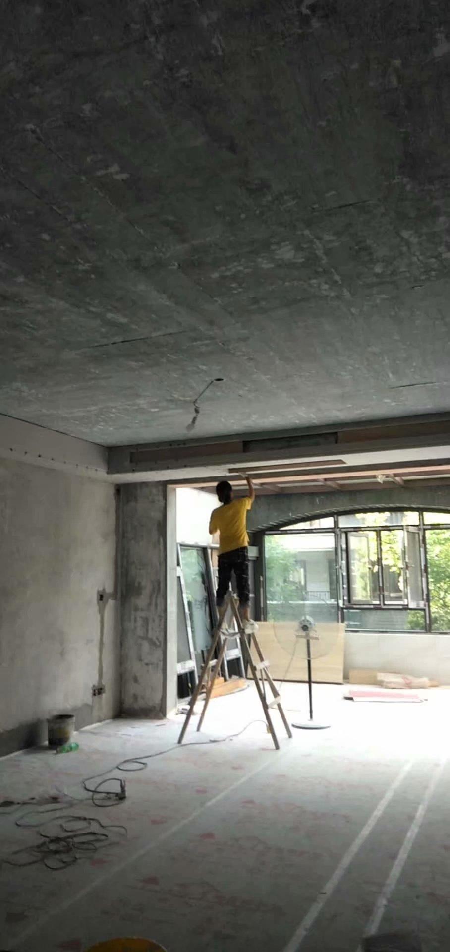 南京大华装修工地,油漆师傅正在补石膏板吊顶