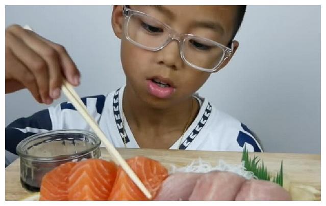 小男生戴透明眼镜做吃播,意外吸粉数十万!多面体是你吗?