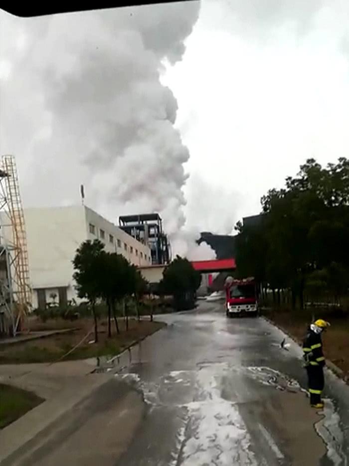 化工厂突然起火 燃烧猛烈浓烟冲天