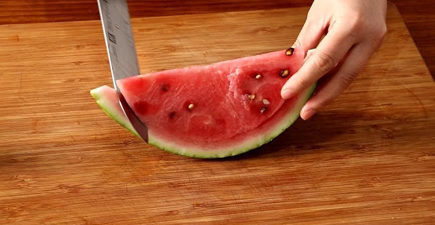 西瓜皮除了凉拌和清炒,还能怎么吃手把手教你做成蜜饯